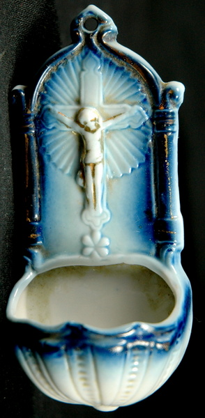 PETIT BENITIER EN BISCUIT / SMALL EARTHENWARE HOLYWATER FONT