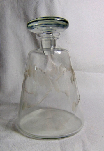 CARAFE EN VERRE GRAVE / ENGRAVED GLASS DECANTER