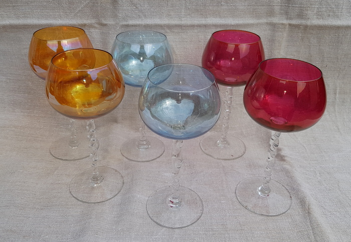 6 VERRES A VIN DE COULEUR / 6 COLORED GLASS WINE