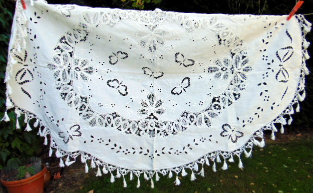 NAPPE BRODERIE PAPILLONS ET DENTELLE/ BUTTERFLY EMBROIDERY AND LACE TABLECLOTH