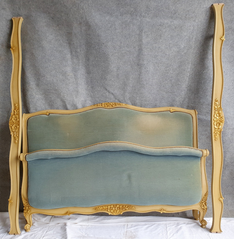 LIT CORBEILLE VELOURS BLEU / BLUE VELVET BED