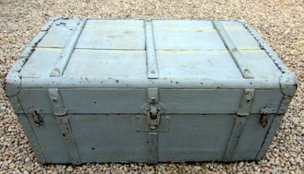 MALLE EN BOIS PEINT GRIS / GREY PAINTED WOOD TRUNK