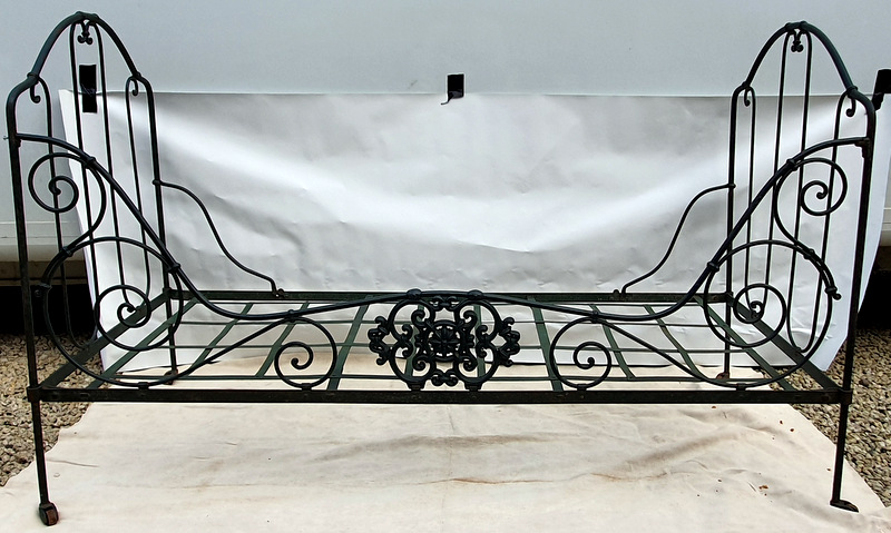 LIT MEDAILLON EN FER FORGE / WROUGHT IRON MEDALLION BED