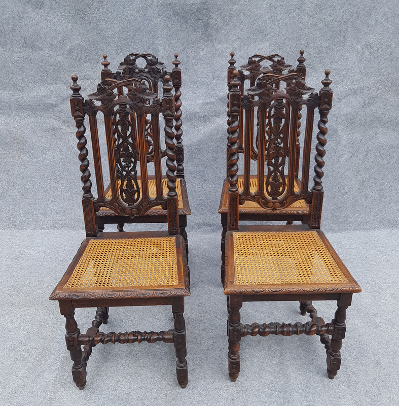 4 CHAISES HENRI II SCULPTEES / 4 HENRI II CARVED WOOD CHAIRS