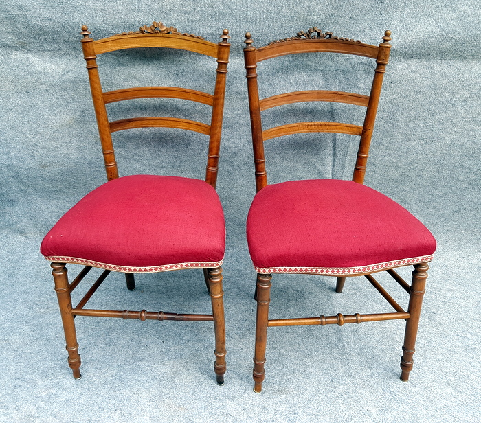 2 CHAISES DE CHAMBRE NOYER / 2 BEDROOM CHAIRS IN WALNUT