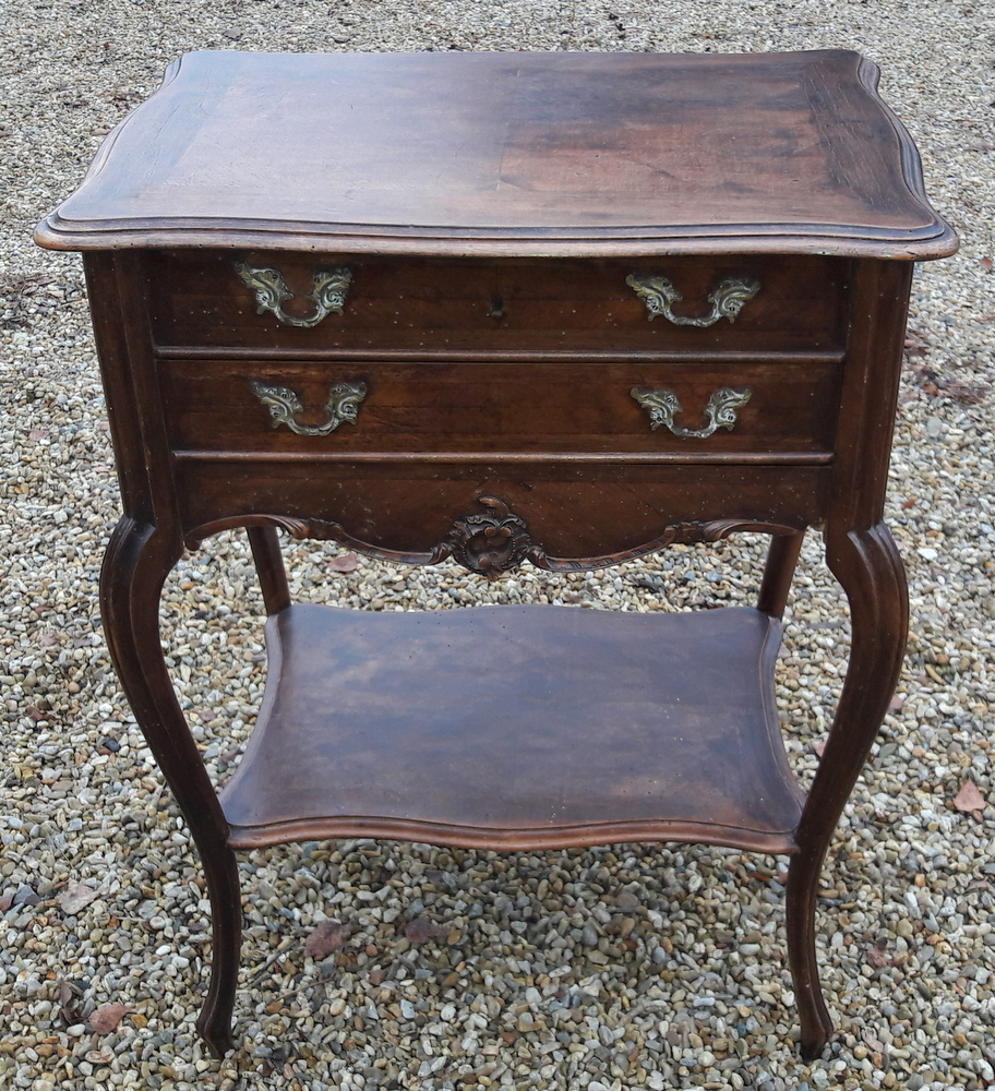 TRAVAILLEUSE LOUIS XV EN NOYER / WALNUT LOUIS XV SEAMSTRESS TABLE