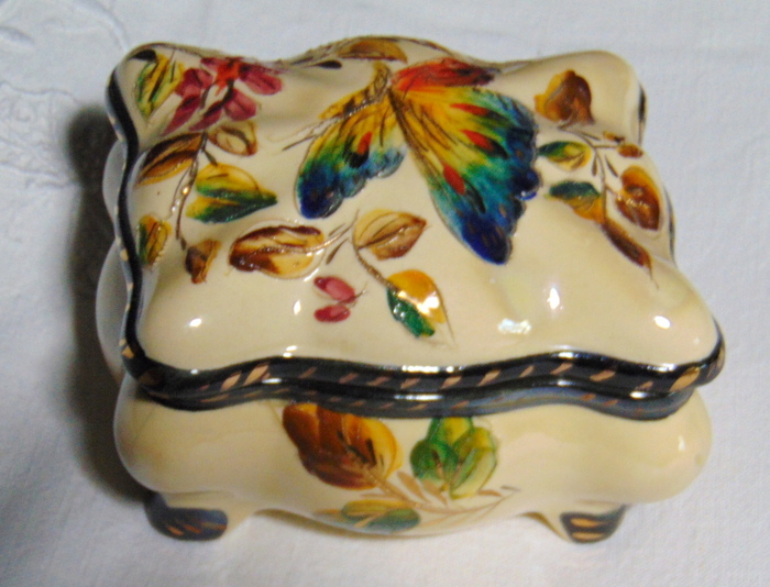 BONBONNIERE EMAILLEE PAPILLON / ENAMELED CANDY BOX BUTTERFLY